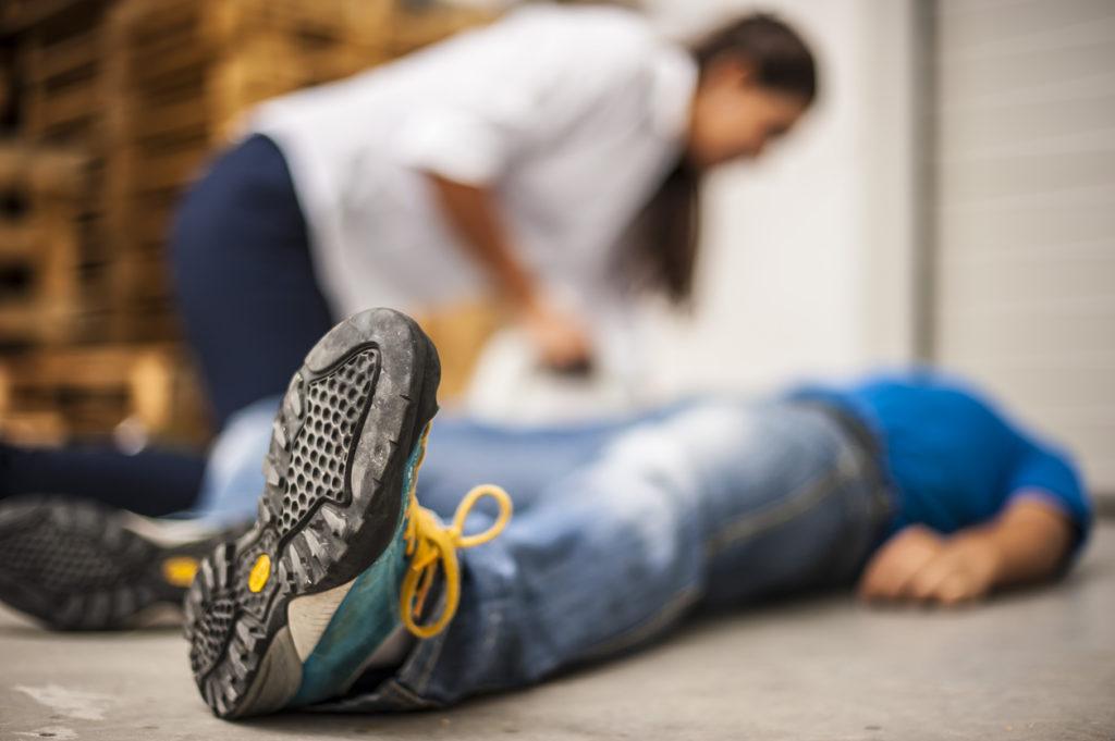 痙攣、失神…てんかんの発作時に慌てずに対処する方法【医師が解説】