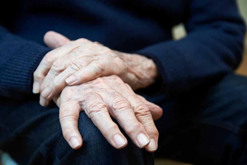 手の震えはパーキンソン病?何科を受診?重大な病気か判る7つの知識