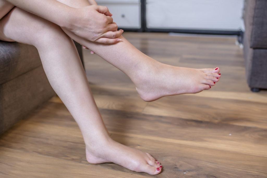 足のむくみはふくらはぎマッサージでは効果なし!改善法を医師が解説