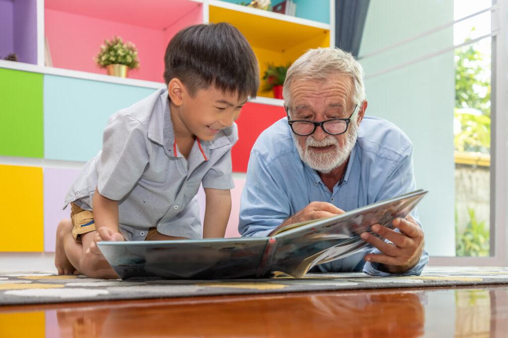 絵本の読み聞かせを高齢者が行うメリットは多い!認知症予防に役立つ