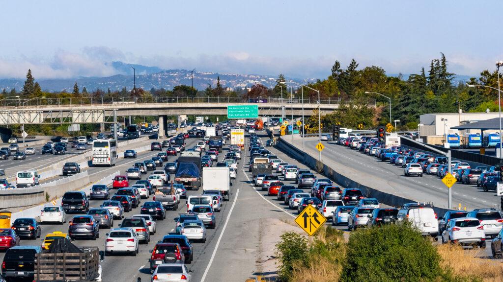渋滞を軽減する高速道路の合流マナー「ジッパー法」とは?