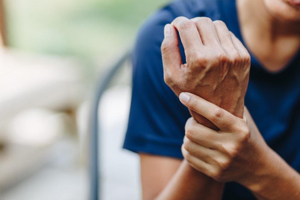 手のひらがしびれる!放置できない「手根管症候群」の判別について専門医が解説