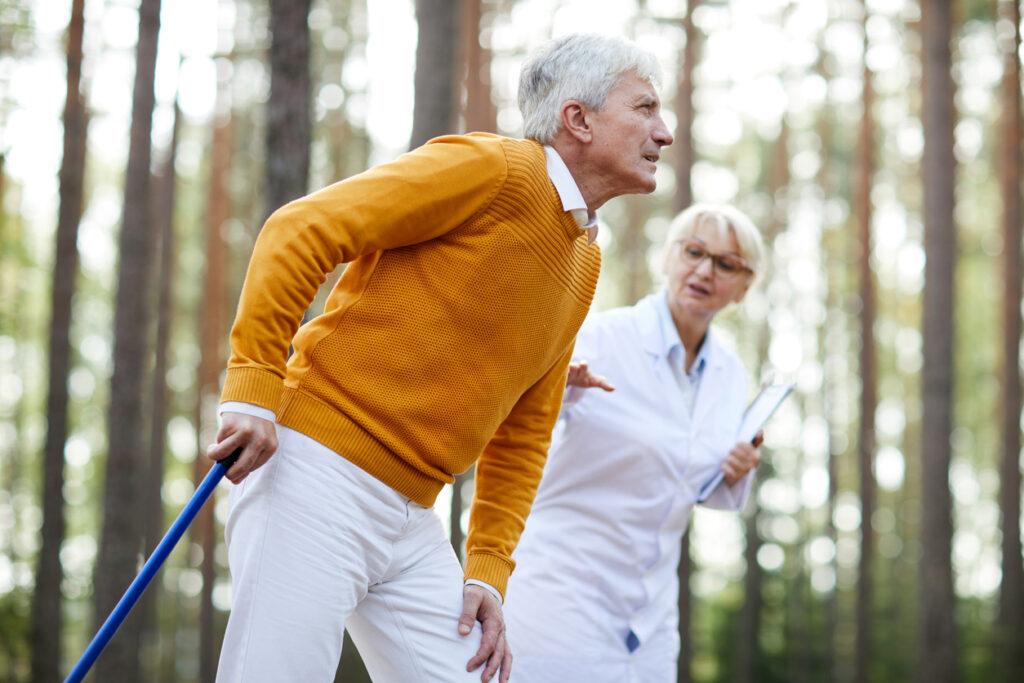 休憩しないと歩けない!間欠性跛行は二大疾患の鑑別が重要とは