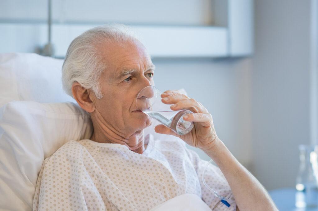 画一的な高齢者への脱水対応が、寿命を縮める可能性を専門医が解説