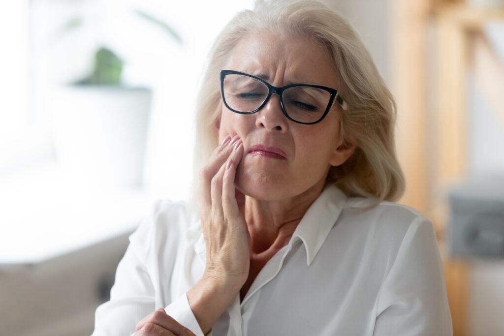 どうして口の中を噛んでしまうの?‥原因と対処法を総合内科専門医が解説