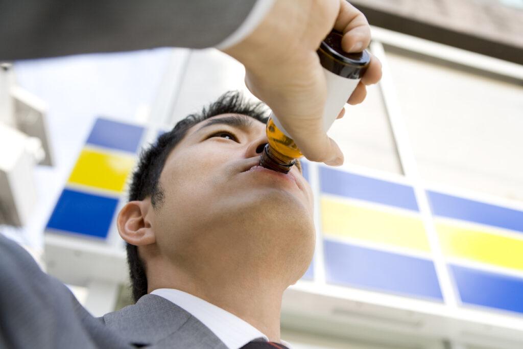 栄養ドリンクを飲むとなぜスッキリする?