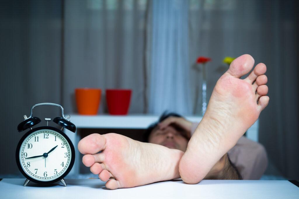 脚がむずむずして眠れない「むずむず脚症候群」治療方法と病院選びは